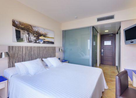 Hotelzimmer mit Volleyball im Occidental Menorca