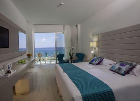 Hotelzimmer im King Evelthon Beach Hotel and Resort günstig bei weg.de