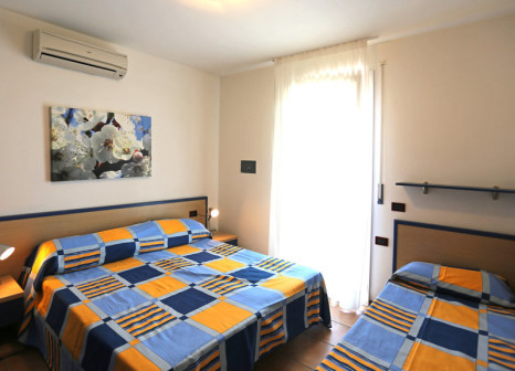 Hotelzimmer mit Mountainbike im Villaggio Ai Pini