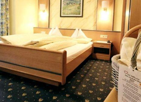 Hotelzimmer mit Tischtennis im Harmony Hotel Harfenwirt