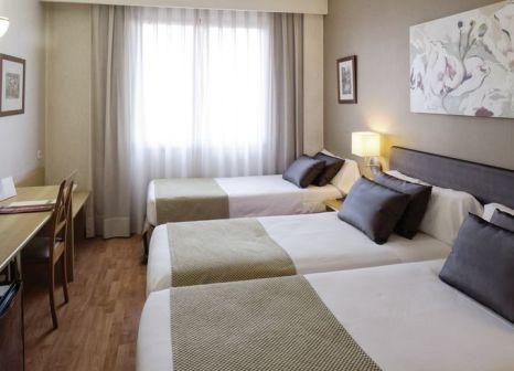 Hotelzimmer mit Hochstuhl im Catalonia Albeniz