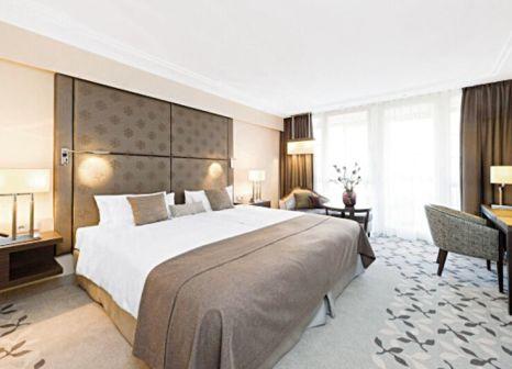 Hotelzimmer mit Hochstuhl im Pullman Hotel München
