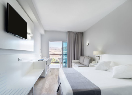 Hotelzimmer mit Mountainbike im Hotel Caserio