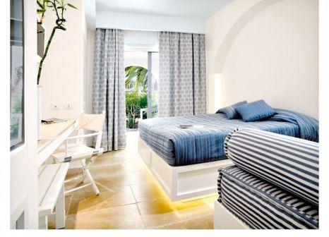 Hotelzimmer mit Volleyball im Nicolaus Club Ostuni Rosa Marina Resort