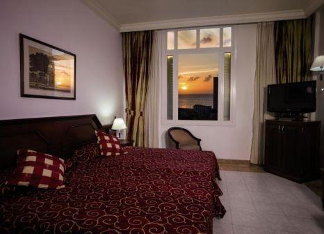 Hotelzimmer mit Hochstuhl im Hotel Roc Presidente
