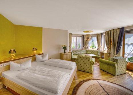 Hotelzimmer mit Mountainbike im Königshof Hotel Resort