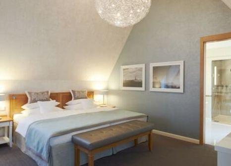 Hotelzimmer mit Mountainbike im Travel Charme Kurhaus Binz
