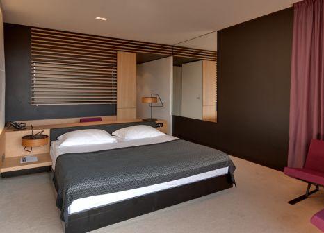 Hotelzimmer mit Mountainbike im Hotel Lone