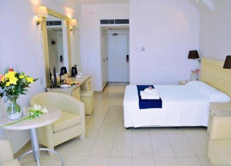 Hotelzimmer mit Tennis im Radisson Beach Resort Larnaca