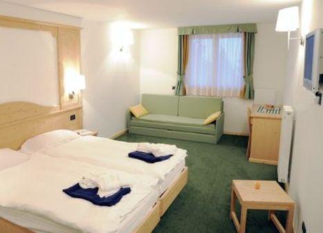 Hotelzimmer mit Ski im Hotel Alpine Mugon