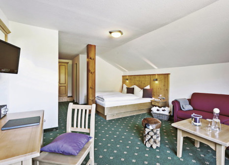 Hotelzimmer mit Mountainbike im Hartung's Hoteldorf