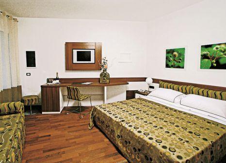Hotelzimmer mit Mountainbike im Maregolf
