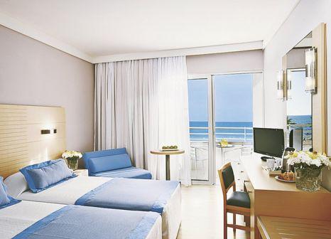 Hotelzimmer mit Volleyball im Louis Ledra Beach Hotel