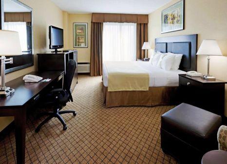 Hotelzimmer mit Hochstuhl im Holiday Inn Hasbrouck Heights