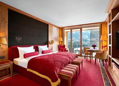 Hotelzimmer mit Mountainbike im Kempinski Hotel Das Tirol