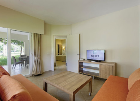 Hotelzimmer mit Mountainbike im Otium Family Eco Club