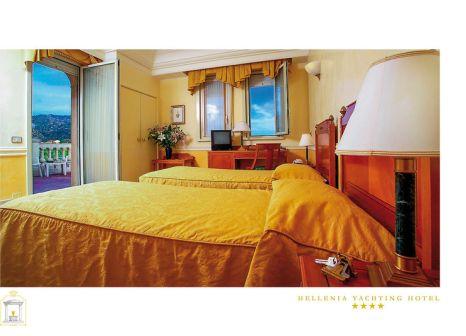 Hotelzimmer mit Mountainbike im Hellenia Hotel