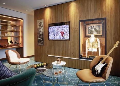 Hotelzimmer mit Mountainbike im Hard Rock Hotel Davos