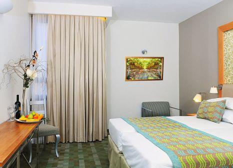 Hotelzimmer mit Hochstuhl im Prima Park Hotel Jerusalem
