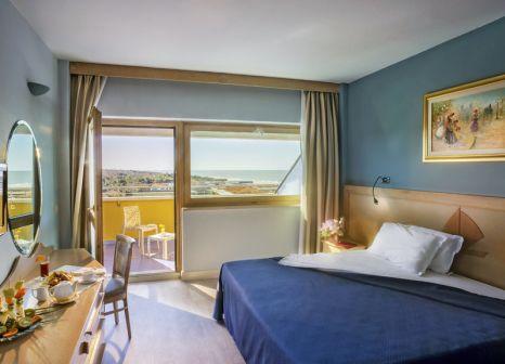 Hotelzimmer mit Mountainbike im Grand Continental