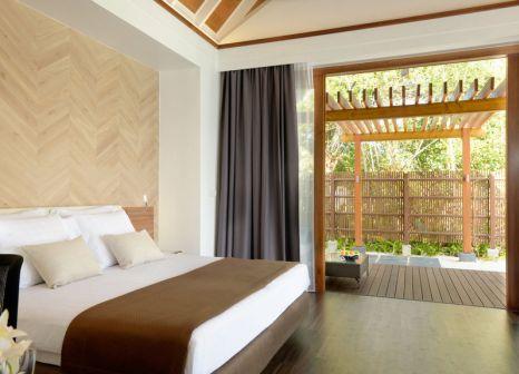 Hotelzimmer mit Paddeln im Kandolhu Maldives