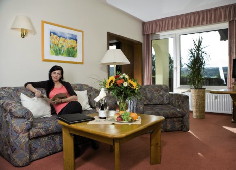 Hotelzimmer mit Mountainbike im Sonnenhotel Wolfshof