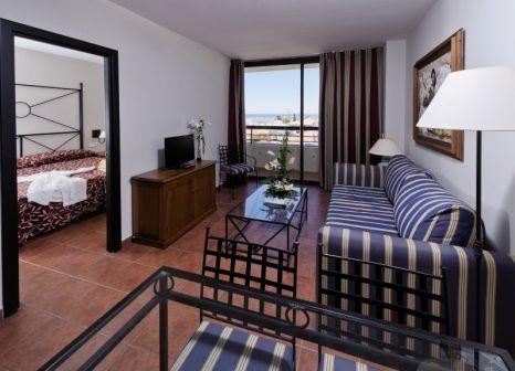 Hotelzimmer mit Mountainbike im Family Life Istlantilla