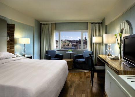Hotelzimmer mit Hochstuhl im Sheraton Stockholm Hotel