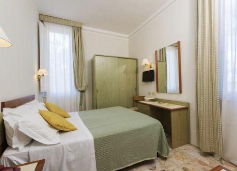 Hotelzimmer mit Mountainbike im Hotel Villa Tiziana