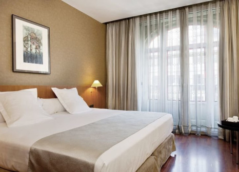 Hotelzimmer mit Hochstuhl im Catalonia Gran Via
