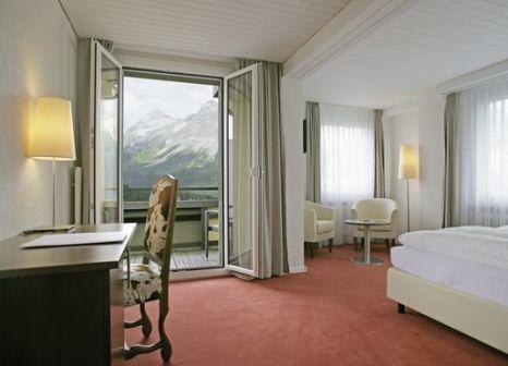 Hotelzimmer mit Ski im Sorell Hotel Asora