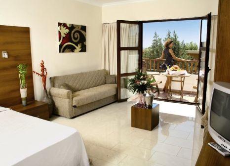 Hotelzimmer mit Volleyball im Costa Lindia Beach Resort