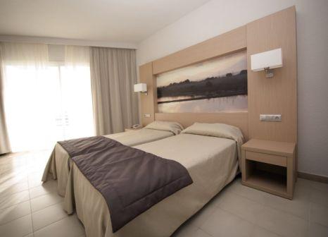 Hotelzimmer mit Mountainbike im EIX Lagotel Holiday Resort