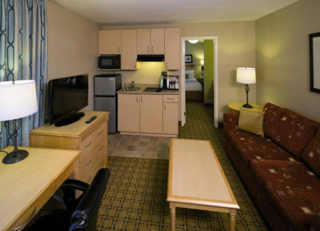 Hotelzimmer mit Hochstuhl im Accent Inn Vancouver Airport