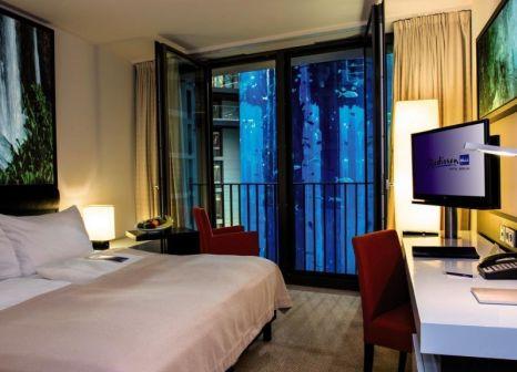 Hotelzimmer mit Spielplatz im Radisson Blu Berlin