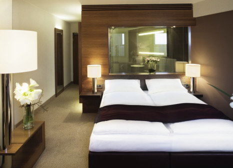 Hotelzimmer mit Volleyball im Mövenpick Hotel Hamburg