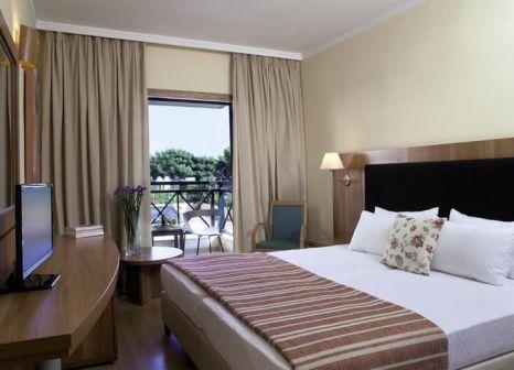 Hotelzimmer mit Hochstuhl im Ramada Attica Riviera