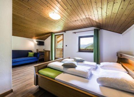 Hotelzimmer mit Tischtennis im Almhotel Bergerhof