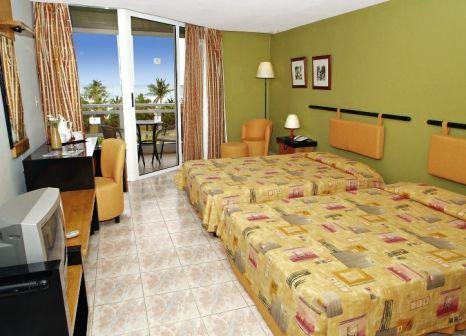 Hotelzimmer mit Mountainbike im Occidental Arenas Blancas