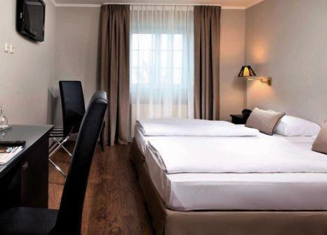 Hotelzimmer mit Hochstuhl im TRYP by Wyndham Munich North