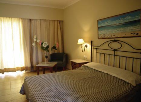 Hotelzimmer mit Mountainbike im Asteras Resort