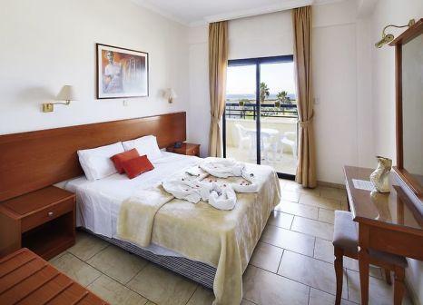 Hotelzimmer mit Tischtennis im Panareti Coral Bay Resort