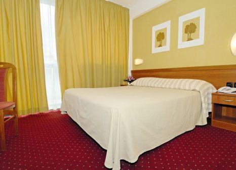 Hotelzimmer mit Mountainbike im Family Hotel Amarin