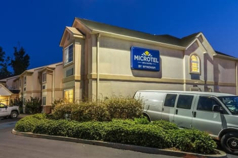 Microtel Inn & Suites by Wyndham Auburn Hostal