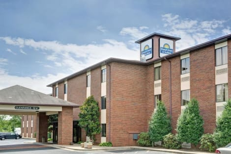 Days Inn & Suites by Wyndham Hickory Hotel