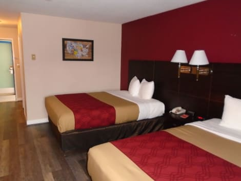 Econo Lodge Bay Breeze Hotel