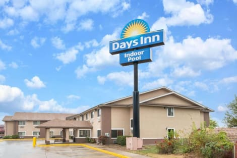 Days Inn by Wyndham Topeka Hotel
