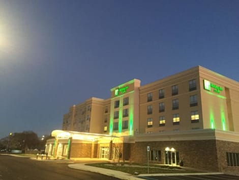 Holiday Inn & Suites MOUNT PLEASANT Hotel