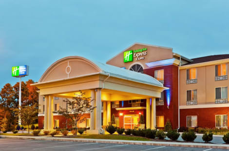 Holiday Inn Express & Suites Dickson Hotel