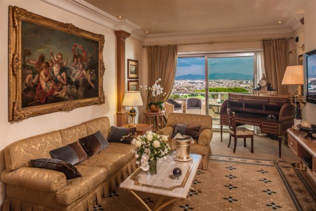 Waldorf Rome Family Room